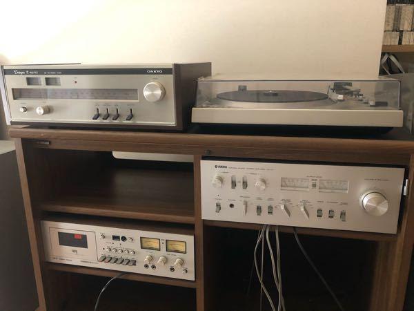 父が昔使っていたオーディオが聴けるか実験してみたいのですが、今私が持っているスピーカー(BOSEの SoundLink Mini II Special Edition)に繋げて聴く事は可能でしょうか? 出来るなら繋ぐコードの名前も教えていただけますと助かります。 画像が小さいのでわかりずらいのですが、右上以外の機械の名称となにをするものなのか分かりやすく教えて頂けますと嬉しいです。 あと、左下のものはカセットが入るのですが、カセットは持っていないのでそれを繋がずに後の3つで聴くことは出来ますか? 初歩的な質問で申し訳ございませんがどうぞ宜しくお願い致します。