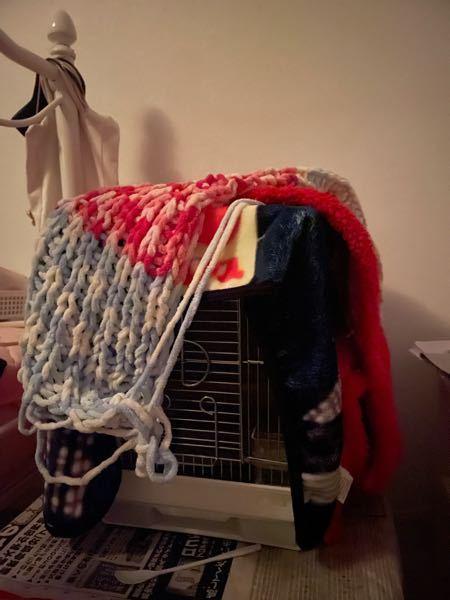 夜毛布2枚と網目のものを斜めにかけているのですが、これに保温電球+防寒カバー、サーモスタットをつけても大丈夫でしょうか?危険でしょうか。また、保温電球は20w、40wどちらが良いのでしょうか 毛布ではなく、アクリル版を使ったら良いのでしょうか?