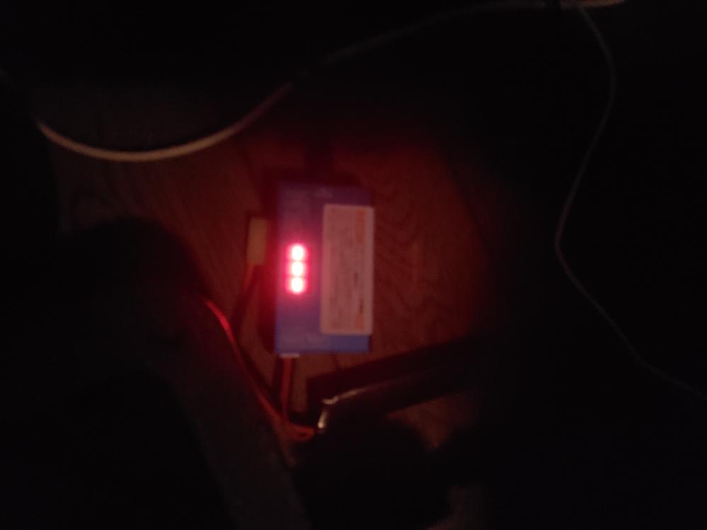 これはバッテリーが逝ったのかな? 充電しても---で反応なし。 電動ガンに取り付けても動作なし。 過剰放電かな