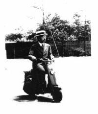 昭和天皇が乗ってるこのスクーター。既製品でしょうか?特注でしょうか?