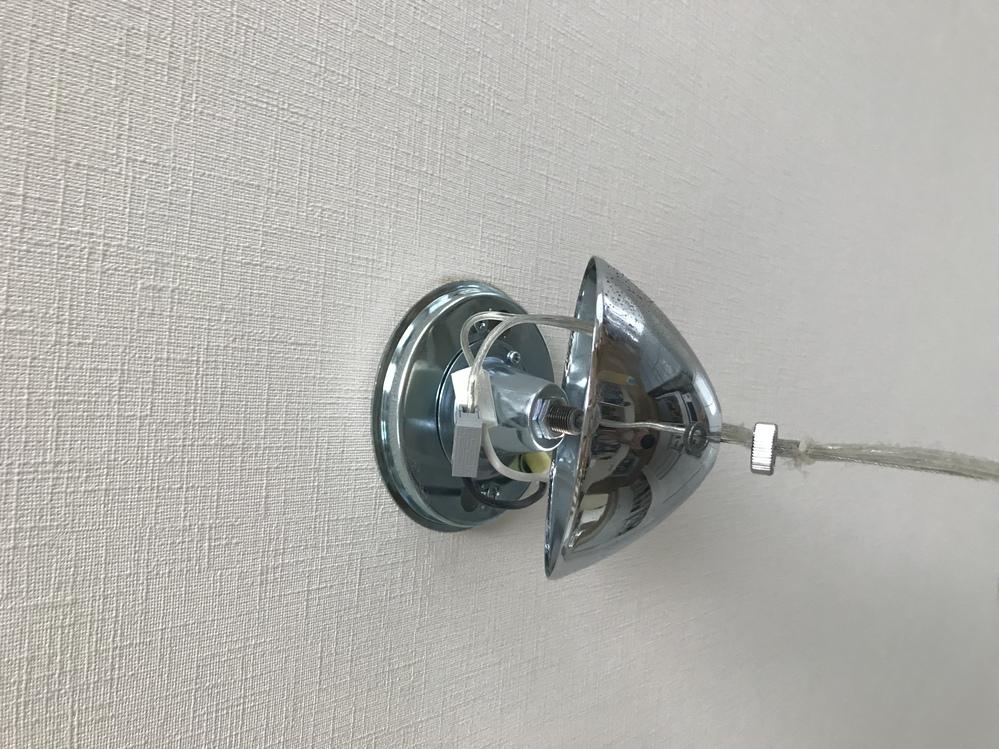 照明の知識が全くないものです。 詳しい方にお尋ねします。 部屋にこのタイプの照明がついているのですが自分で違う種類に交換できるのでしょうか?