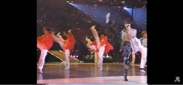 ( ずば抜けたダンスのうまさ足の柔軟性 ) 1997//3//31、大阪城ホールで開かれた、KinKi Kidsのコンサートの、バックダンサーの、ジャニーズjr.のワンシーンです。 足が、ここまで、上がって、驚異的な、体の柔らかさに、びっくりしました。 これくらいの、スキルがあると言う事は、当時の、黄金期ジャニーズjr.の中でも、トップクラスの、ダンスレベルだったと思われますが、何と言う男の子でしょうか?