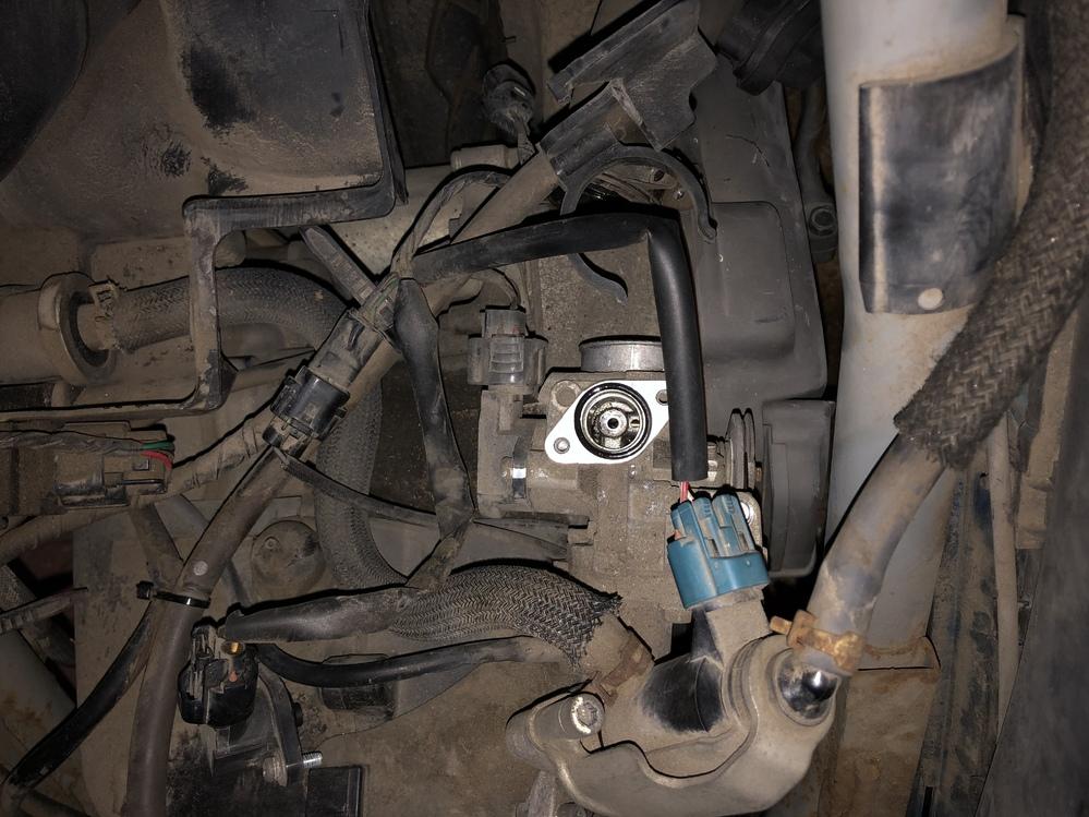 アドレス v50 原付スクーター スロットルボディの取り外し方を教えて下さい。ブログでは8mmのボルトを外すようですが、どれだかわかりません。 アクセルの反応が悪くなり、信号待ちでエンストしてしまったため分解修理しています。