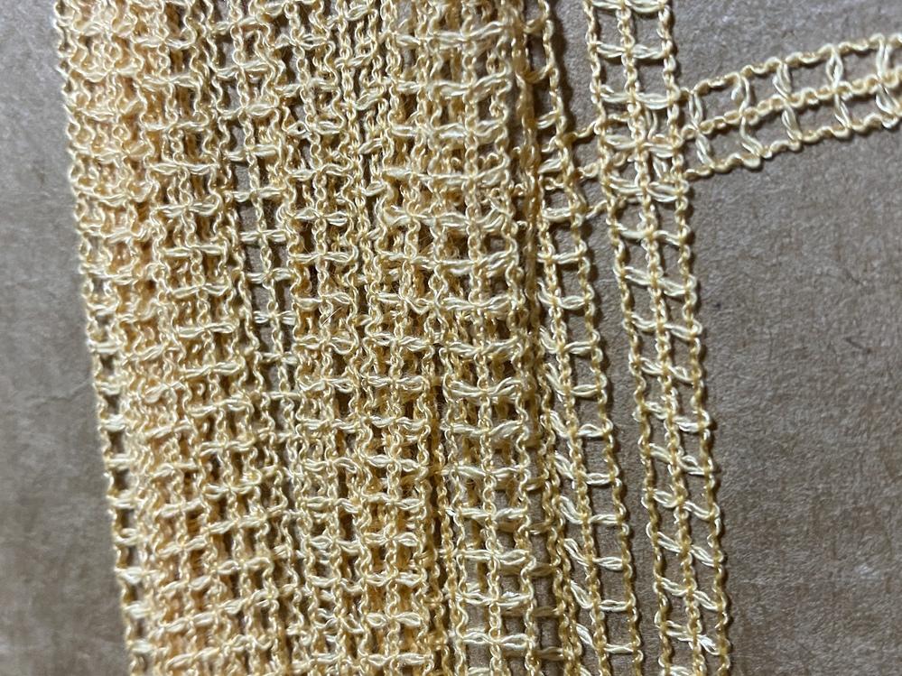 毛糸、編み物に詳しい方、教えてください。 こういう毛糸はどう検索したら出てきますか?色は白系、ベージュ系がいいのですが探し方や名前が分かりません…
