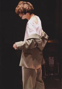 この写真が誰だかわかりますか? 恐らくSixTONESの松村北斗くんか京本大我くんだと思うのですが、誰と断定できません。。 わかる方いらっしゃいましたら教えて下さい。