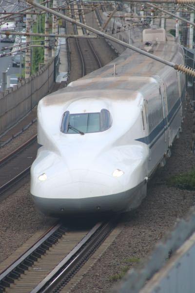 最近東海道新幹線の撮影 をしています。機材はまあ古いEOS8000Dです。撮影すると画像ように白っぽく、画質もあまりよくありません。どのように設定したらいいですか?