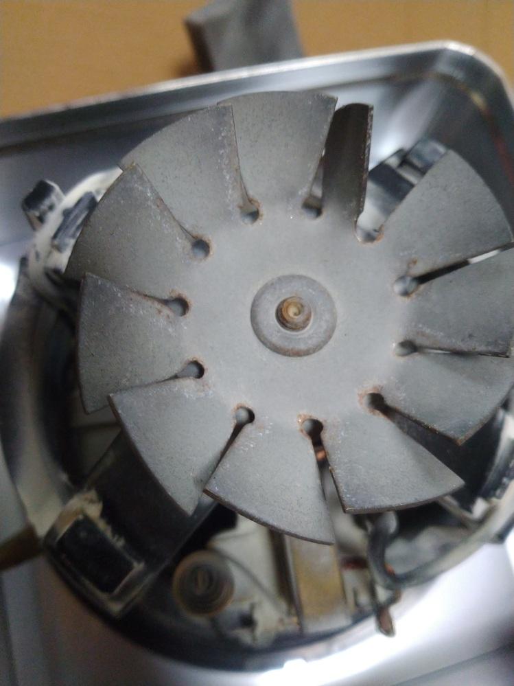 画像のファンの外し方を教えてください。 マキタのM442という集塵機のファンです。 反対側から分解していかないといけないのでしょうか?