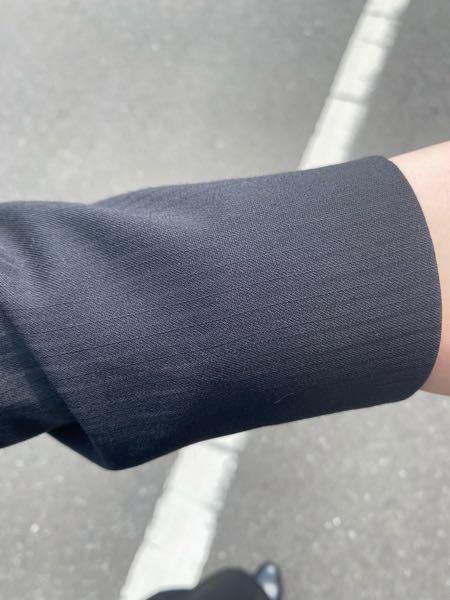 就活のスーツについてです。 私が現在持っているのは、写真のような薄いストライプがかすかに入っている黒いスーツなのですが、これをリクルートスーツとして使うのはあまりよくないのでしょうか?やはり真っ黒がいいのでしようか…教えていただきたいです。よろしくお願いします。