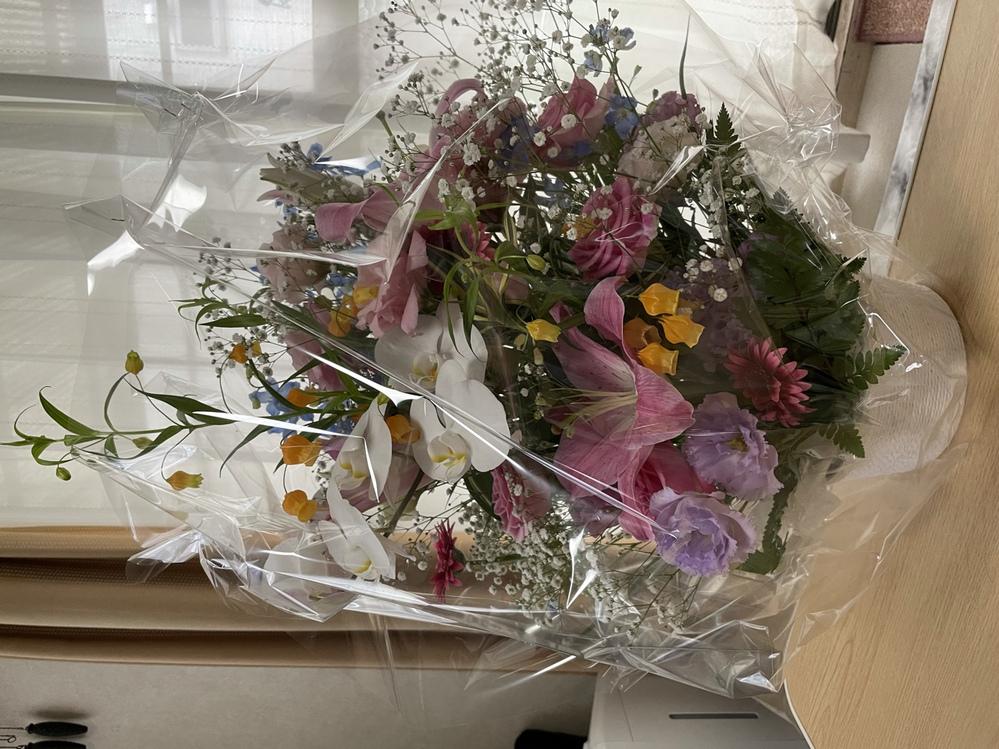 結婚祝いで頂いたお花ですが、いくらくらいしそうですか? お返しをしようと思うのですが、あまりお花を買わないので相場が分かりません。。 宜しくお願い致します!