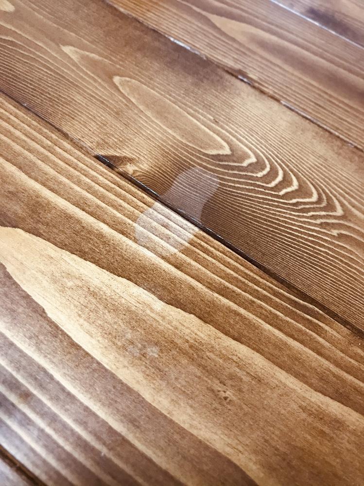 最近買ったばかりの木のテーブルにマニキュア(爪強化する為の透明なもの)をこぼしてしまい、 拭き取ったらその部分だけ塗装が剥げて白くなってしまいました、、。 何か塗るなりしてどうにか元に戻したいのですがどうしたら良いか分からず。。 どなたか助けてください涙涙