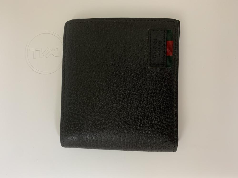このgucliの財布本物ですか? シリアルナンバーがどこにもなさそうです。親戚に貰ったので多分本物だと思いますが、フリマに出して偽物売ってしまったら嫌なので本当にgucci存在する財布なのか知りたいです。