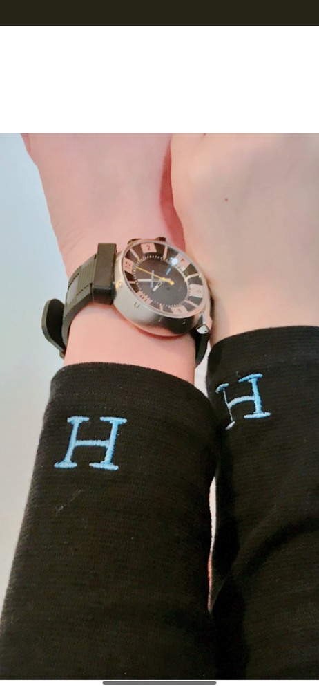 写真の腕時計はどこのブランド、メーカーのものでしょうか。 ご存知の方教えてください。