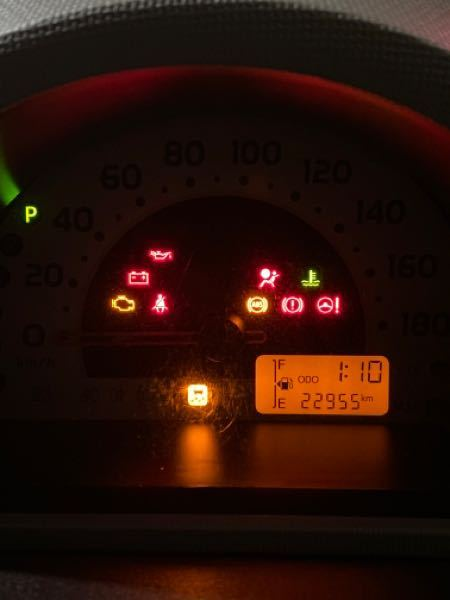 車のエンジンがかかりません。 2時間くらい駐車しており、エアコンを1時間程度つけていました。 緊急のため、理由を教えて頂きたいです。 エンジンをつけようとすると画像のような表示になります。