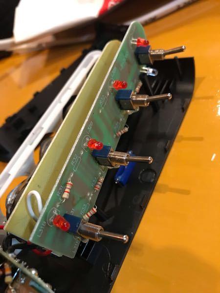 これは12Vの4連シガーソケットで各プラグ毎に通電時は青、off 時は赤のランプが点灯するようになっています。車中泊用のサブバッテリーに接続するので電気を消費させたくないのでOff時には赤ランプが点灯しない様に ランプを取ってしまおうかとケースを分解した所です。ランプは基盤に刺さっており裏は少量のハンダで留められています。そのまま抜いちゃって大丈夫でしょうか? また、そもそもこのランプの消費電力はどのくらいなのでしょうか? バッテリーは容量120Ahのリン酸鉄リチウムバッテリーです。