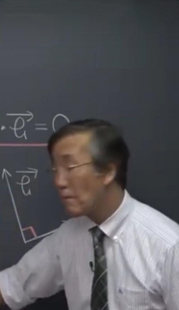 この写真に写っている方が誰なのか知りたいです!YouTubeで数学を教えている方です。この写真はベクトルの授業だと思います。