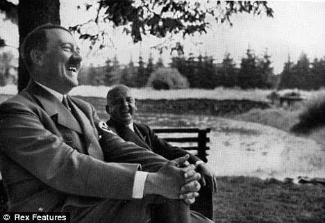 この写真のヒトラーの奥に座っている方は誰でしょうか?ムッソリーニではないですよね??