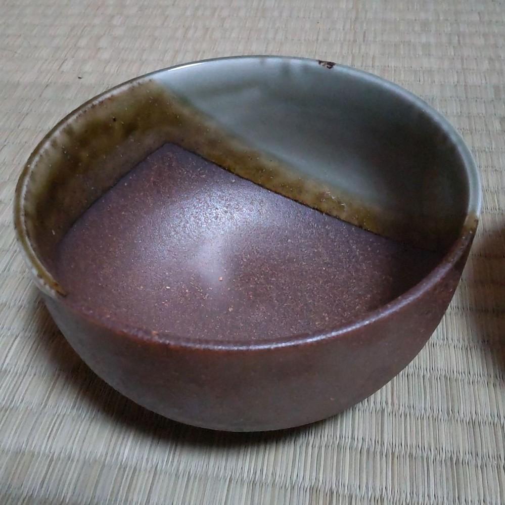 この抹茶茶碗は何茶碗でしょうか? 印などは見当たりません。 分かることがあれば教えて欲しいです。 よろしくお願いします。