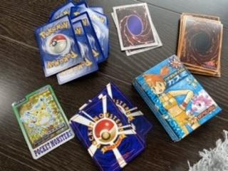 ポケモンカード、遊戯王のカードの買取について教えてください。 実家に眠ってた20年ぐらい前に買ったカードを見つけました。 買取をお願いしたいのですが、私田舎に住んでまして、、、。 ネットを通じて...