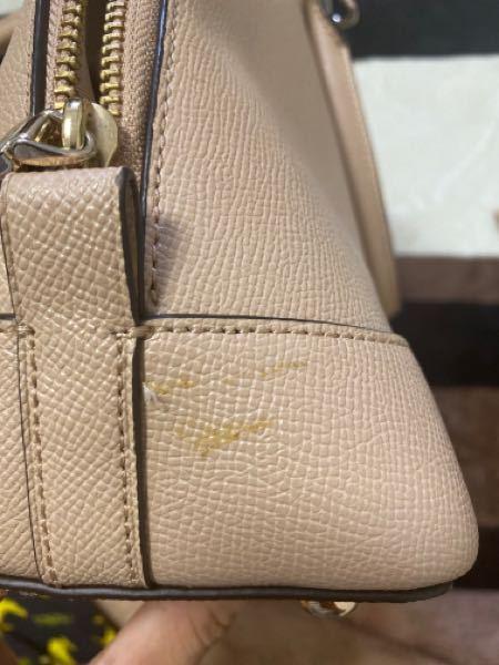 革のバッグについた写真の汚れを落とすにはどうすればいいでしょうか。 中古で購入したcoachのバッグです。 少し粘着性があります。