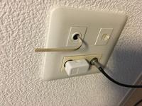 光回線を使用したくて事業者に確認したところ、既に回線がきているはずだと言われました。しかし、どれが回線なのか分かりません。 怪しいのは、写真の白い線ですが、どなたか分かりませんか?
