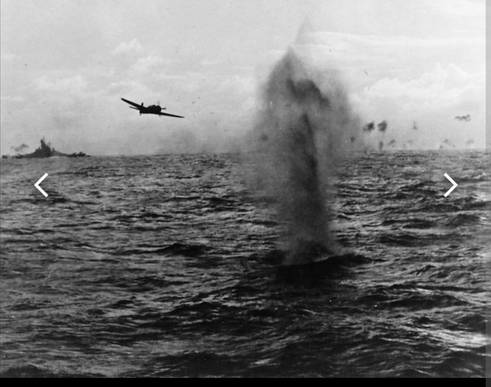 左奥の艦艇はなんでしょうか? 1944年10月14日、空母エセックス(CV-9)艦上より撮影された台湾沖航空戦の写真です。