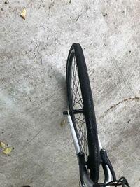 クロスバイクの前輪が写真のように大きく曲がってしまったのですが、これはタイヤ交換で済みますか? 無理であれば新しいものを買おうと思っています。