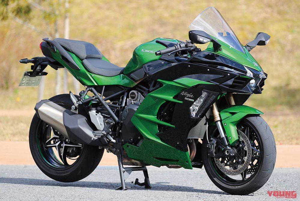 なぜバイクにアイドリングストップを装備しないのですか。 ・・・・・・・・・・・・・・・・・・ 別に燃費を節約という意味ではなくて。 GSX‐R1000Rとかハヤブサとかって信号待ちしているときに一気に水温が上がってファンが回り続けていますが。 ライダーはそのあいだはエンジンの熱でフラフラになっていますが。 ・・・・・・・・・・・・・・・・・・ よく分からないのですが。 エンジンとライダーを熱から守るという意味からもアイドリングストップしたほうがいいのでは。 よく分からないのですが。 確かに発進するたびにセルを回していてたバッテリーが心配ですが。 ですが信号待ちしているあいだファンが回り続けているのもバッテリーが心配なのでは。 だったらエンジンを止めてバッテリーを守ったほうがいいのでは。 と質問したら。 何回もセルを回したらセルが壊れる。 という回答がありそうですが。 アイドリングストップにするのなら当然セルは強化したものにするのでは。 それはそれとして。 なぜGSX‐R1000Rやハヤブサてエンジンとバッテリーとライダーを熱から守るためにアイドリングストップを搭載しないのですか。 と質問したら。 コスト。 という回答がありそうですが。 軽自動車にアイドリングストップが標準装備なのに200万円以上するバイクにコスト高で付けられないてそれはないと思いますが(笑) それはそれとして。 なぜバイクてアイドリングストップ標準装備にしないのですか。