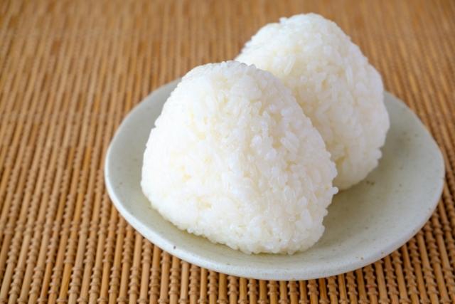 白米に塩ふりかけて食うより塩にぎりにして食ったほうが数倍うまくないですか? 不思議、、 皆さんはおにぎりの具材何が好きですか?(^ー^)