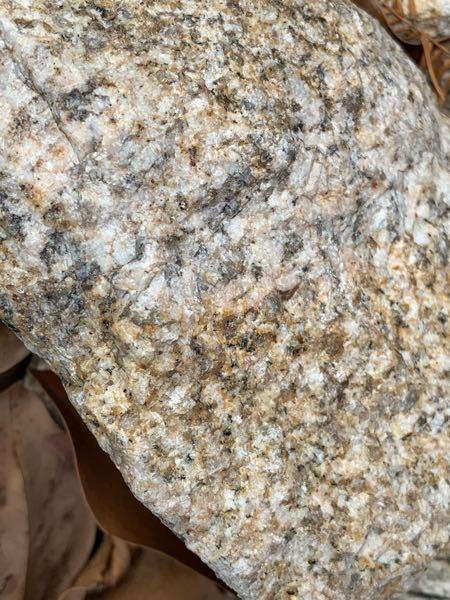 こちらの写真の石は火成岩の中の何石に分類されるこでしょうか? 花崗岩かなと思っているのですが、その中でも花崗岩、花崗斑岩、花崗閃緑岩などありどれか分かりません。 詳しい方、理由や説明と共に教えてくださると助かります。宜しくお願いしますm(_ _)m