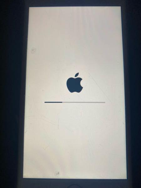 iPhoneがこの画面から進まなくて、暗くなったりこの画面になったりの繰り返しです。どうしたら立ち上げることができますか?