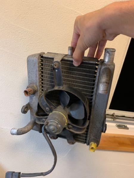 マジェスティのラジエーターは通常どのようについているのでしょうか?NS-1にマジェスティのラジエーターを移植させたいのですがイマイチラジエーターキャップの向きも考えるとこの画像のように縦型についているので しょうか?自分が思うにはこれだと冷却水が循環しない気がするので横型と思ったのですが横だとラジエーターキャップが横に付いてしまいます、なので縦型なのでしょうか?ちなみにラジエーターキャップがつく場所は右上のホースがつながるところです。