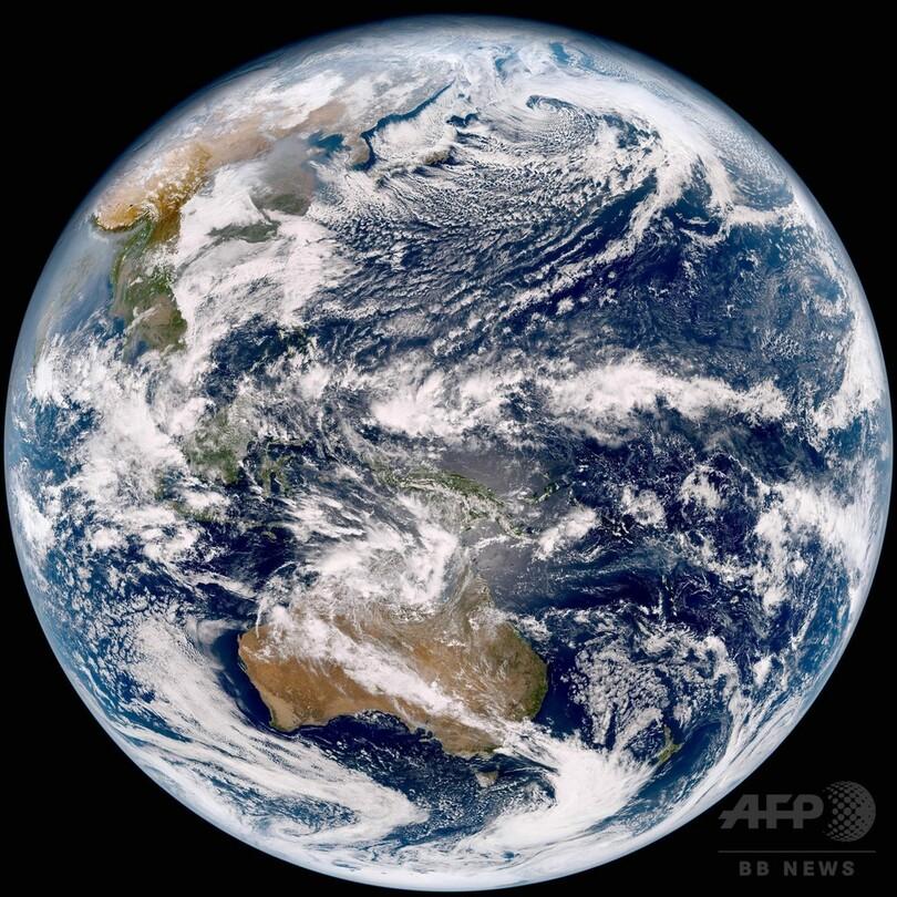 ♪瑠璃色の地球 松田聖子さん https://youtu.be/9HzQqRzHPXI ♪瑠璃色の地球 中森明菜さん https://youtu.be/7fbidlYlt-4 どちらの ♪瑠璃色の地球が好きですか?