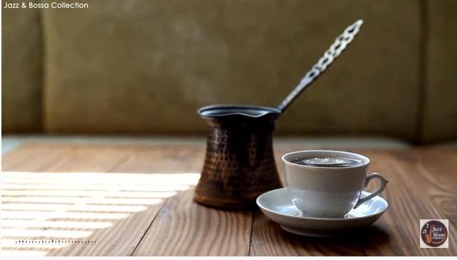 コーヒーカップの後ろにある、この器は何に使うものでしょうか。ミルク入れ?砂糖入れ?また、どこの国のものだとかはあるのでしょうか。 YouTubeでBGMライブを聞いていて、ふと気になりました。 とても素敵な感じだったので。