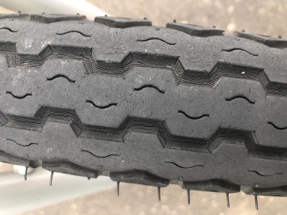 バイクのフロントタイヤです。 この日にの状態で走行するのは危険でしょうか? 交換した方が良いですかね?