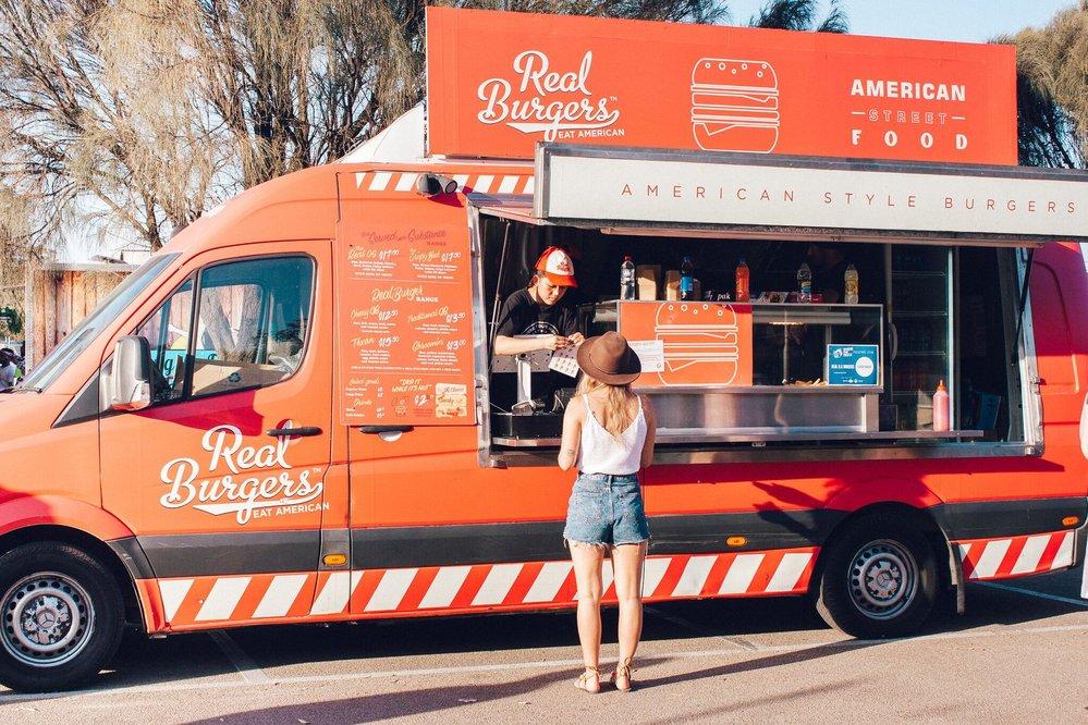英語を母語とする人に、kitchen truckと言ったら、画像のような車両を思い浮かべるでしょうか?