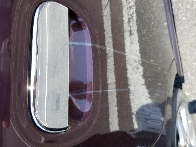 車の取っ手から垂れてる跡があるんですが原因は何でしょうか?綺麗にする方法などあれば教えてください。