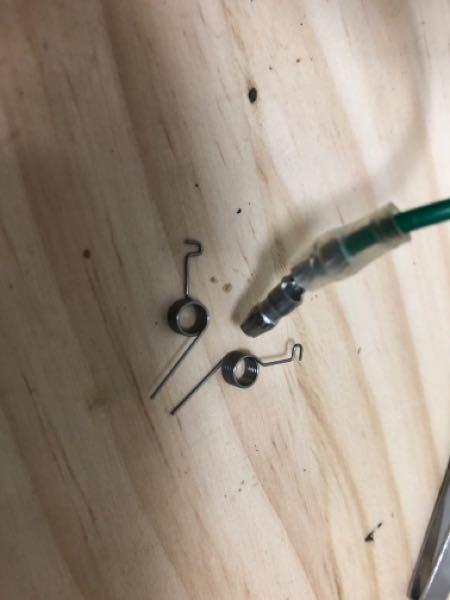 タミヤのUGTチューンモーターなんですがブラシの減りを確認するためにはじめてブラシを外しました。そしたらブラシの付け方が分からなくなって困っています。とくにこの部品の付け方が分かりません!説明書を無くし てしまったので....