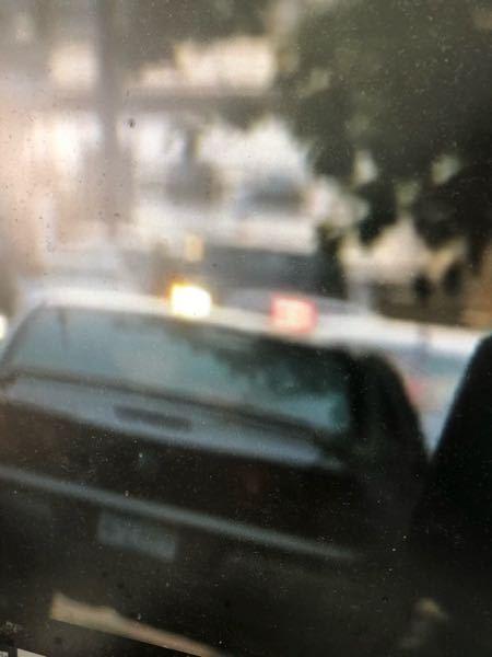 この車の車種名を教えてください! おそらくアメリカでよく走っている車なのでアメ車だと思います。 テールがフェラーリのF360に似てます。 ですが、おそらくセダンタイプで、庶民的な車だと思います。 この画像は、映画『イコライザー』の中のワンシーンです! 気になって仕方がありません。 購入も考えてます。 よろしくお願い申し上げます。