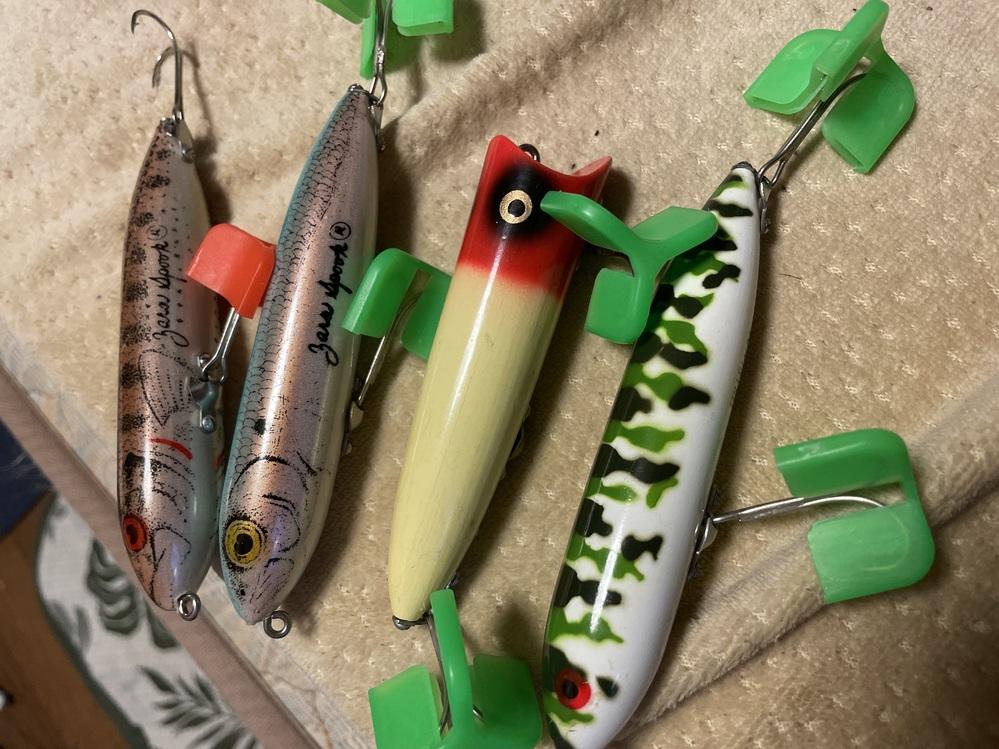 祖父から譲り受けた釣具整理をしているのですがおそらく古いものだと思うのですがHEDDONのこのルアーたちはどれくらいの価値がありますでしょう か?? 一番下はZARASPOOKで文字が歪んでます。