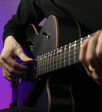 井草聖二さんがご使用されてるこのギターの名前を教えてください!