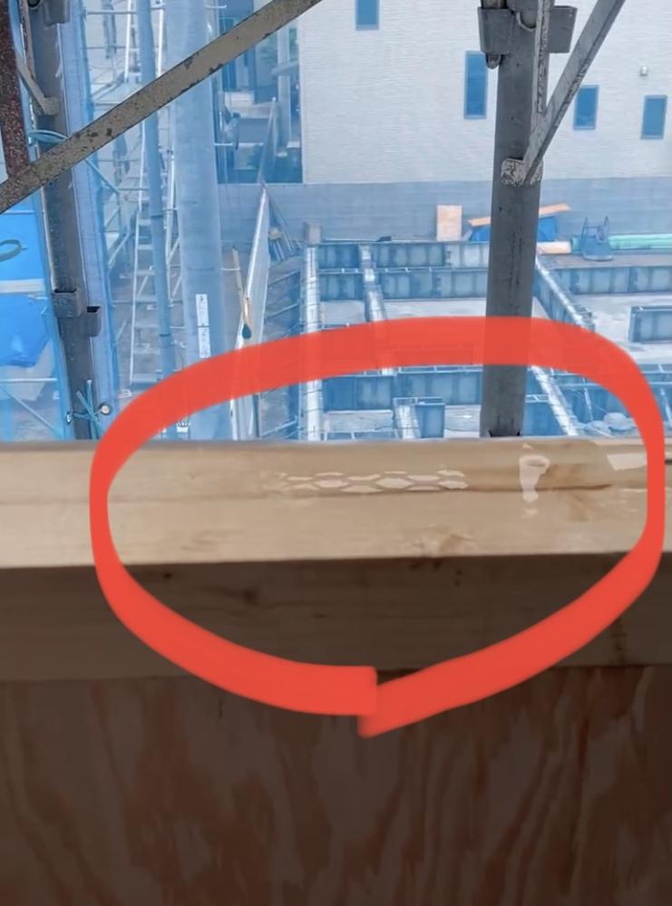 新築建築中です。上棟3日目で、本日見に行った所、ベランダが雨で濡れていました。 上の柱からポタポタと水滴が落ちて、下の柱や床に小さな水たまりができる程度です。これって大丈夫なのでしょうか?