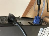 パソコンのモニターケーブルについて◆ パソコン本体を壁に近づけて設置したいのですが、モニターケーブルがネックになっています【写真下の青い端子】。 電源ケーブルは真横になっているものを見つけましが【写真上の黒いケーブル】モニターケーブルで似たようなものは販売されているでしょうか。