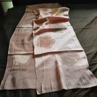 知人の着物類の整理をしています。 こちらは何という品物でしょうか? 長さは200cm、幅は30cm、素材はシルクのようで、丹後ちりめんと書いてあります。 用途も価値も分からず、アドバイスをお願い致します。