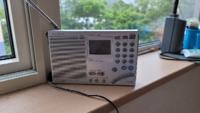お住まいの地域(北海道 上磯郡 知内町 湯ノ里)は、ラジオの機種によってFMラジオの雑音が混じりやすいです。特に雑音が混じりやすい機種はSONYの短波ラジオ「ICF-SW7600GR」です。なぜエクストラ感度設計のハイグレ ードラジオが雑音混じるんですか? これじゃ4万円出して買った意味が無いです。 3万円で買ったTOSHIBAのハイグレードCDラジカセ「TY-AK2」は常時、FMの雑音が無...