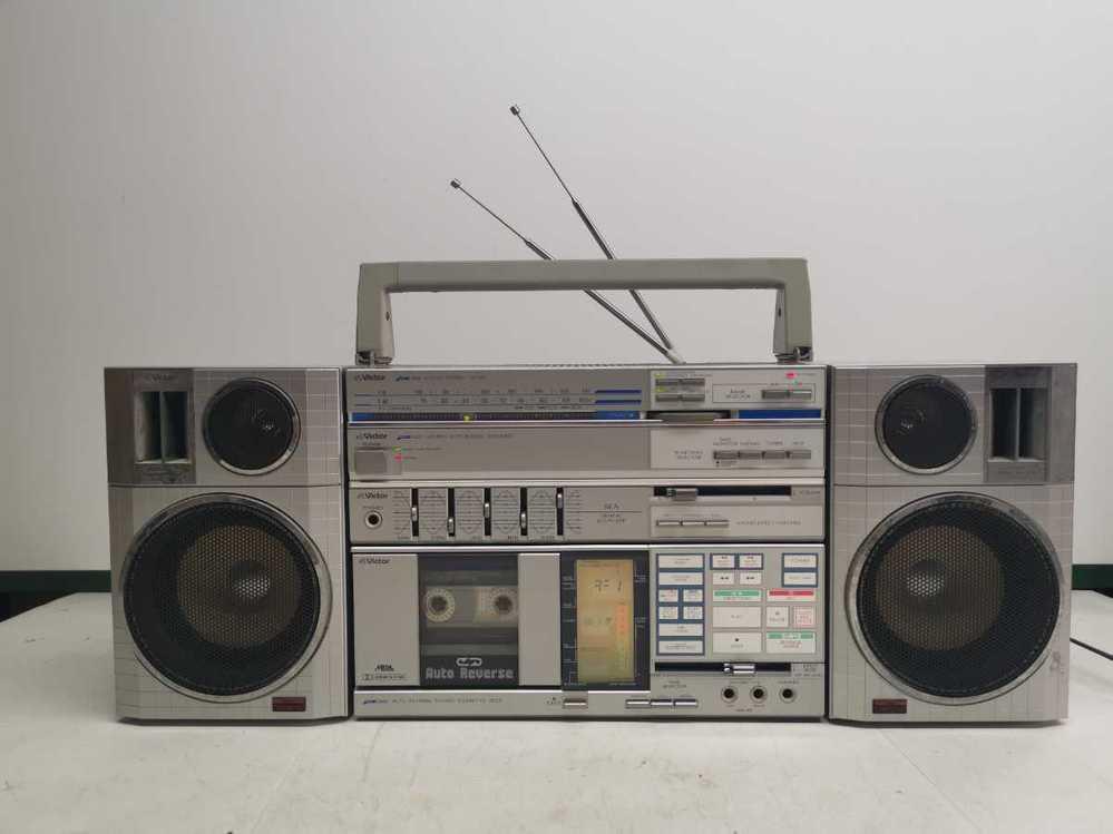 こういったミニコンのスピーカーでも木箱にした方が 少しは音質向上しますか?