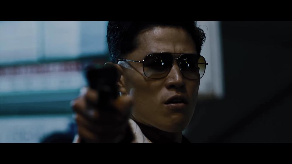 孤狼の血 level2 に出演の、鈴木亮平さんが着用しているサングラスが気になります。 ブランドや型番などがお分かりの方がいらっしゃいましたら、教えてください