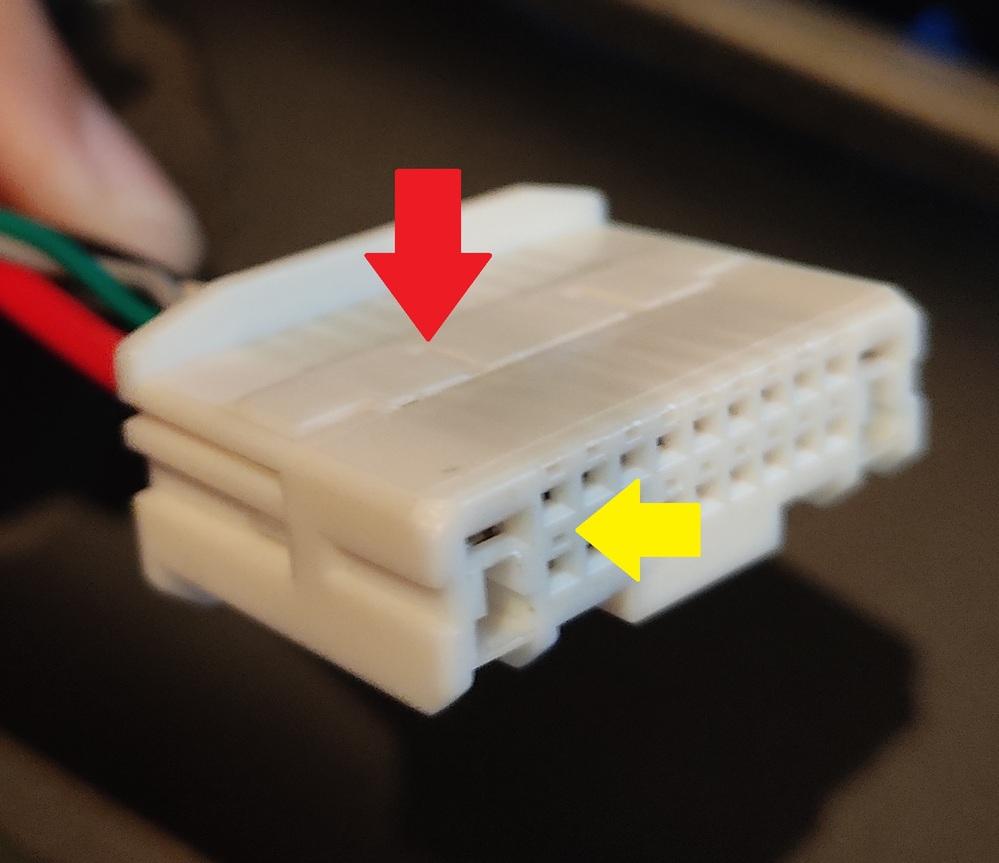 写真のカプラのピンを抜く方法がわかる方はおられますか? 赤印のフタのような物を持ち上げる? 黄色矢印のピンの近くにある極細の穴にピン抜きを差し込む? 配線側からピン抜きを差し込む? のどれかだとは思うのですが・・・ 宜しくお願いします!!