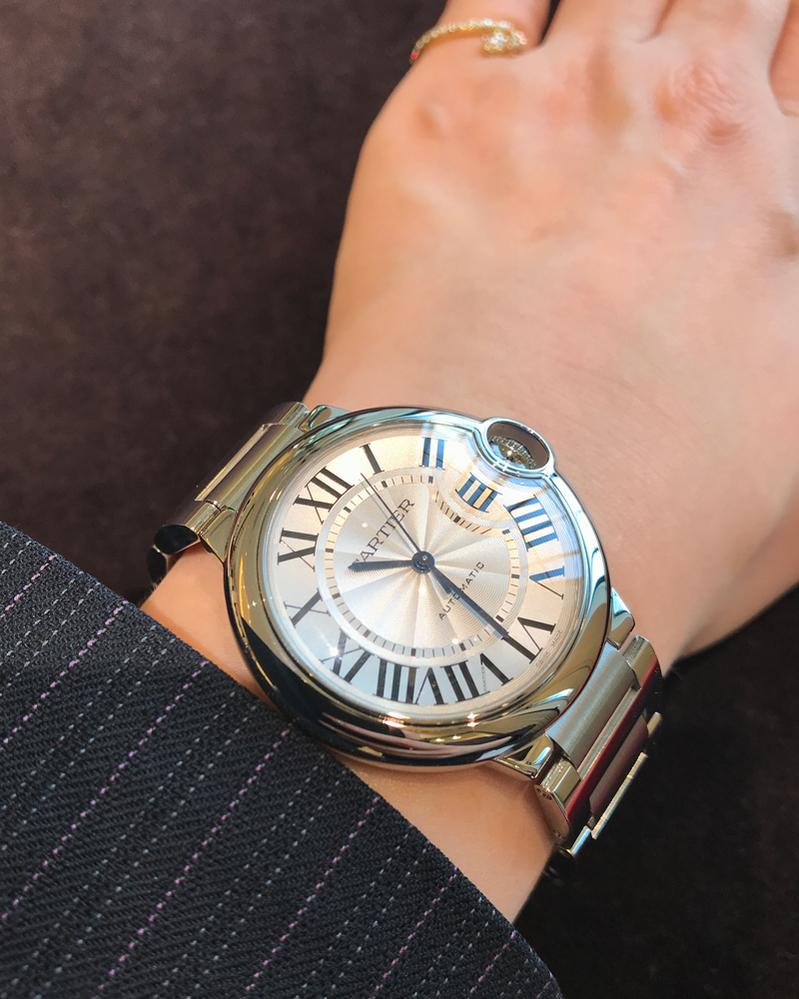 腕時計に関して。 今、カルティエのバロンブルーが良いなと思っています。 一般的な感覚で、カルティエのバロンブルーを付けてたら、良い時計してるなって思いますか? ロレックス、オメガじゃないといい時計と認識されないですか? 30代後半男です。