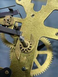 振り子時計の歯車についているこれって、どうやって外すのですか?
