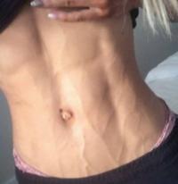 この女性の腹筋は割れて見えますか?臍は出べそに見えますか?臍が浅く中が見えるお臍ですか?血管は浮き出ているように見えますか?